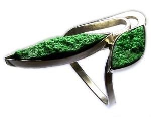 Украшение с зеленым минералом
