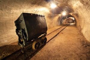 Добыча камней в шахтах