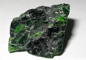 Камень Хромдиопсид: Магические свойства и значение у знаков зодиака (Фото)