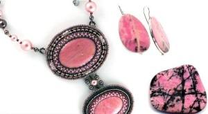 Украшение с розовыми камнем