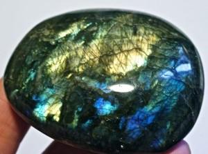Лунный камень: Магические свойства и кому подходит по знаку зодиака (Фото)