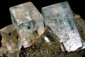 Белые кристаллы галита