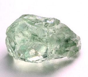 Необработанный зеленый кристалл